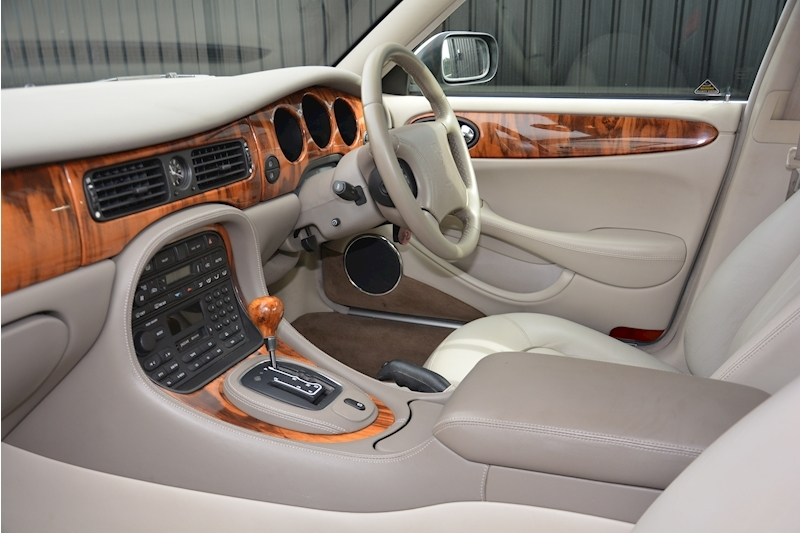 Jaguar XJ8 3.2 V8 3 Former Keepers + New Engine in 2005 + Ex Show Winner Image 11