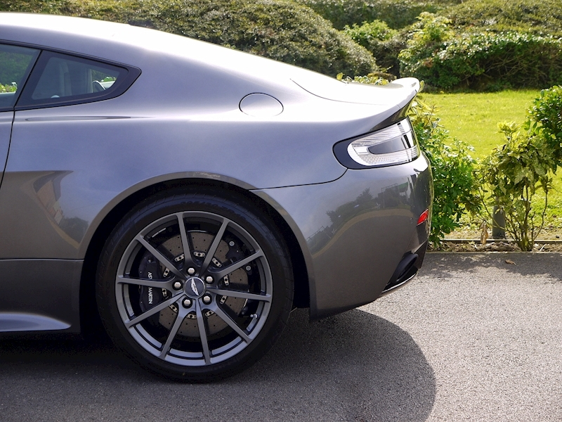 Aston Martin V12 Vantage S - Manual - Large 4