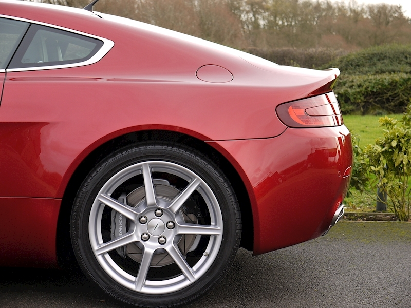 Aston Martin V8 Vantage 4.3 Manual - Large 3