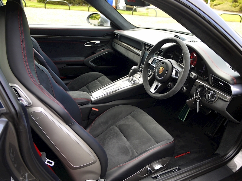 Porsche 911 (991.2) Carrera 4 GTS 3.0 Coupe PDK - Large 1