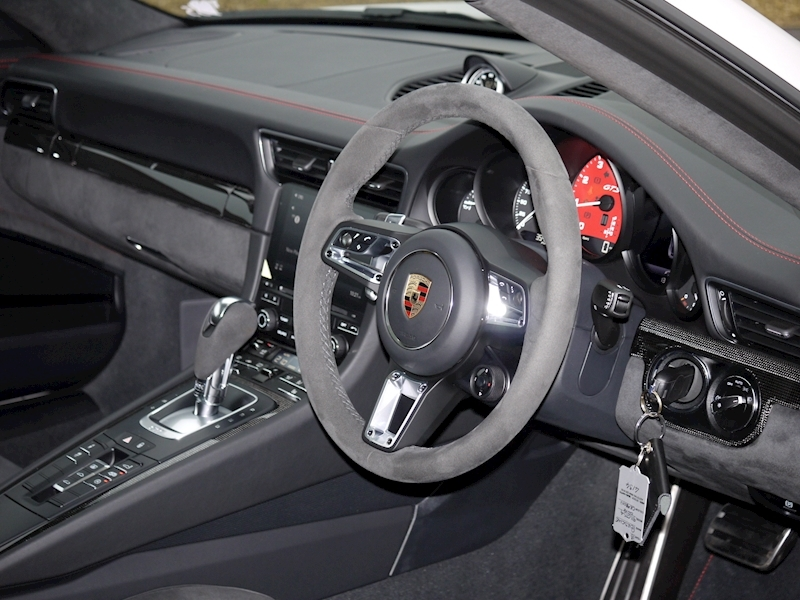 Porsche 911 (991.2) Carrera 4 GTS Coupe 3.0 PDK - Large 2