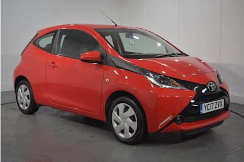 Toyota – 1.0 VVT-i x-play Hatchback 3dr Petrol (68 ps) (2017) full
